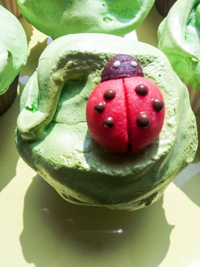 muffins mit baiser und junikäfern