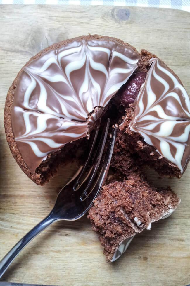 schokoladen kirsch muffins mandeln schokoladenmuster glasur