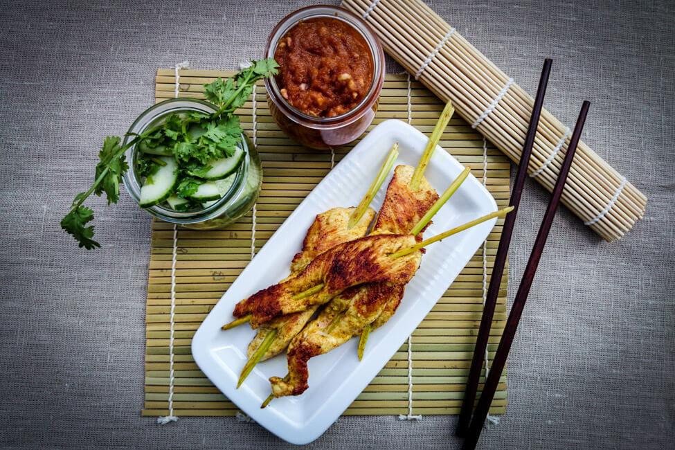 saté hähnchen spieße thailändisch asiatisch gurken salat koriander erdnuss dip