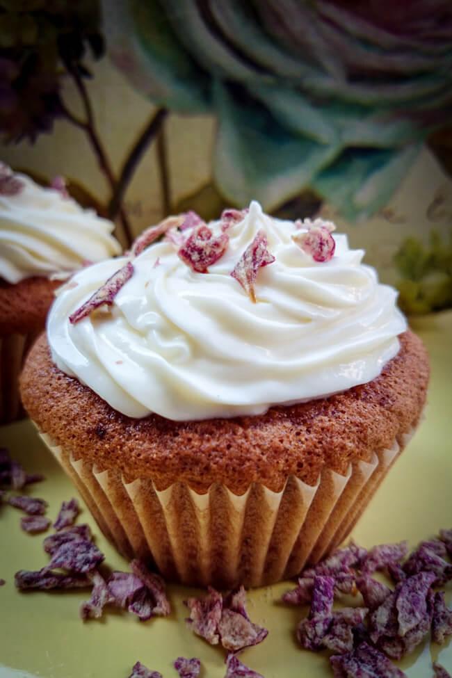 aprikosen cupcakes mit rose frischkäsetopping frosting muffins