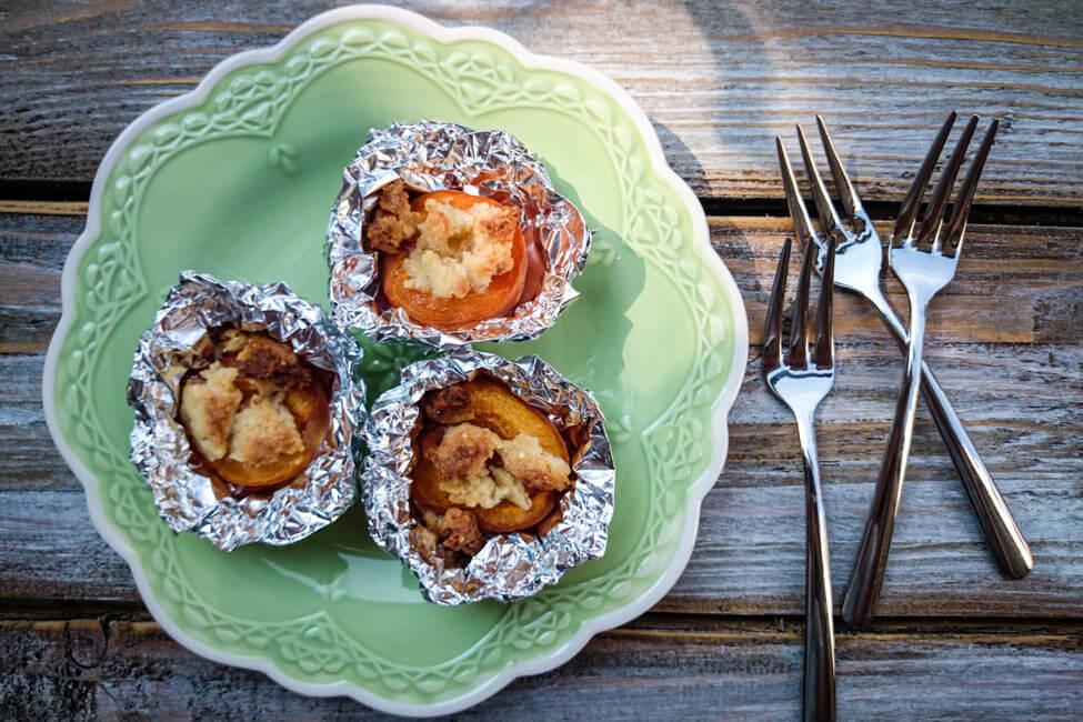 aprikosen mit streuseln vom grill dessert bbq barbecue sommer
