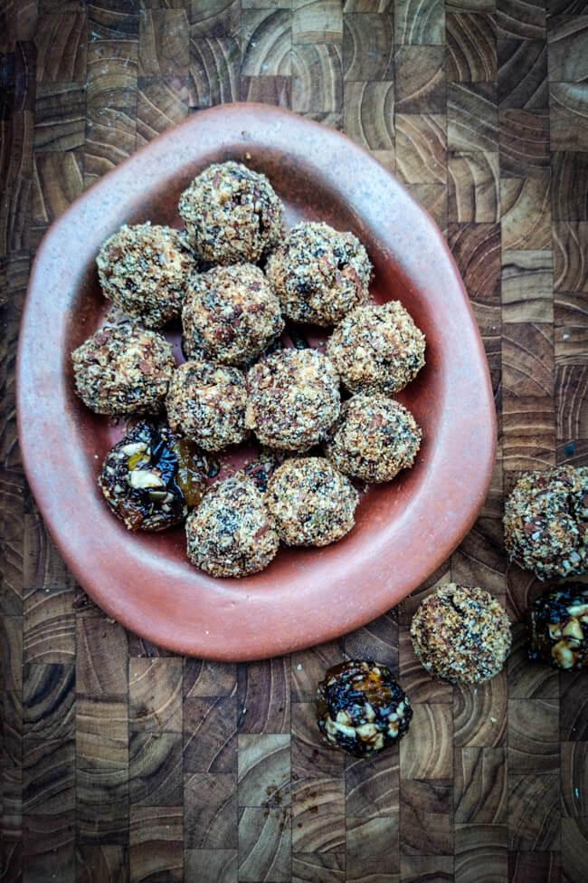 persisches fruchtkonfekt energyballs nüsse minze trockenfrüchte