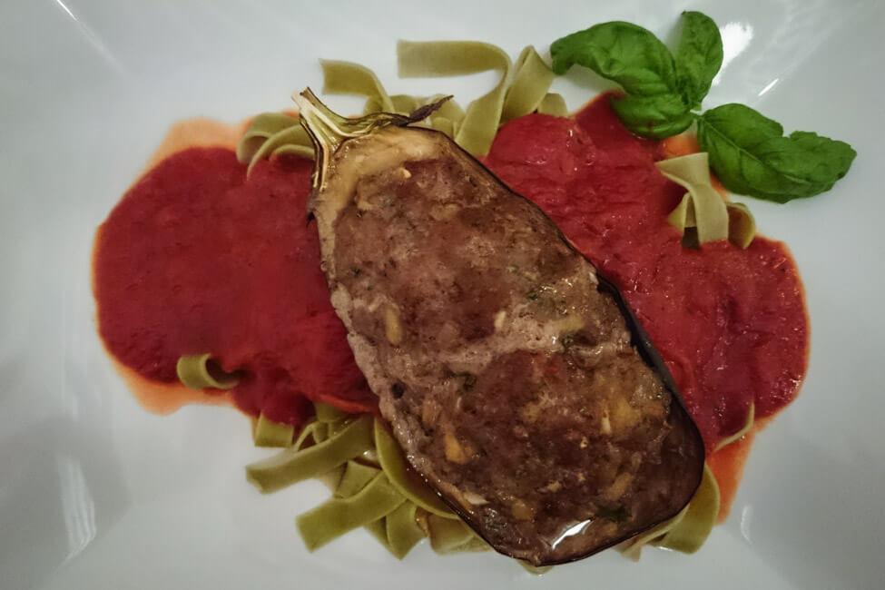 gefüllte aubergine mit lammhackfleisch und pasta tomatensauce