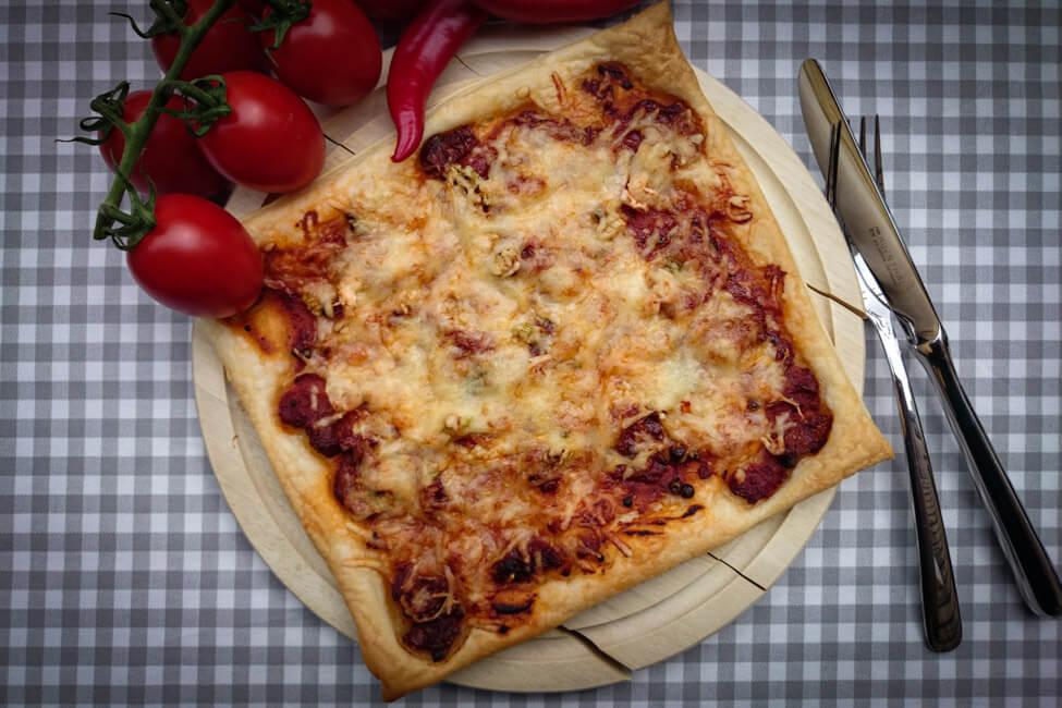 schnelle pizza auf blätterteig