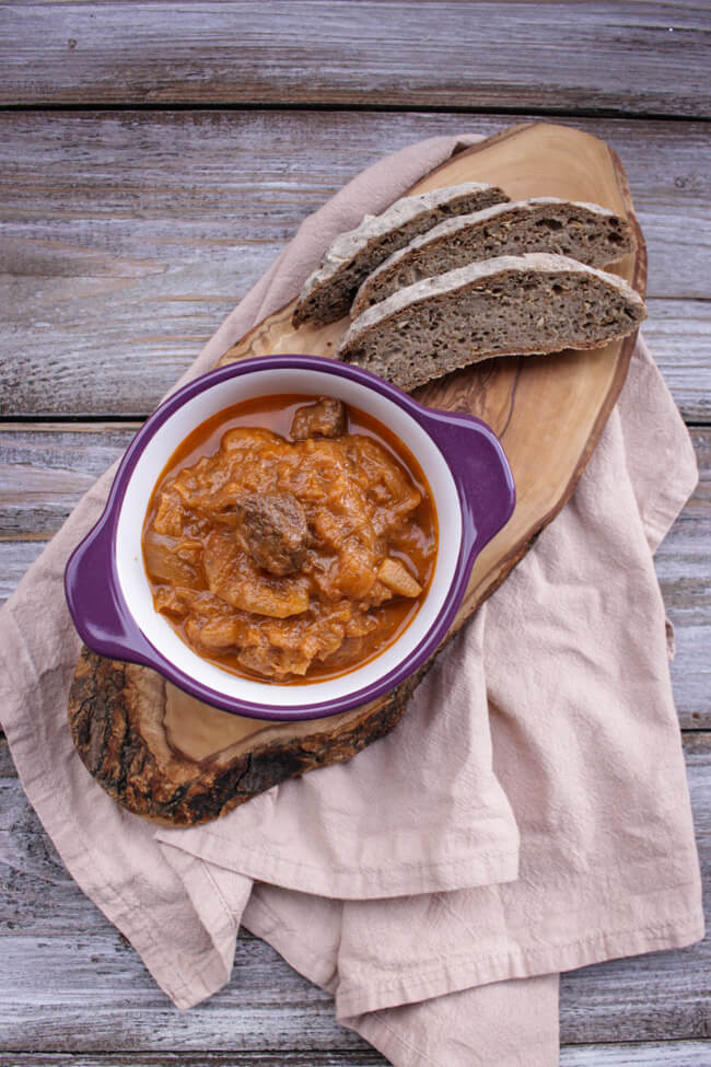 szegediner gulasch mit sauerkraut zwiebeln rind schwein eintopf