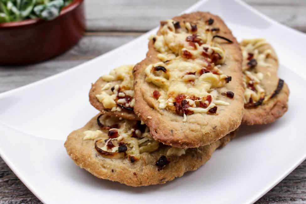 brotfladen mit zwiebeln käse speck feldsalat fleckerl