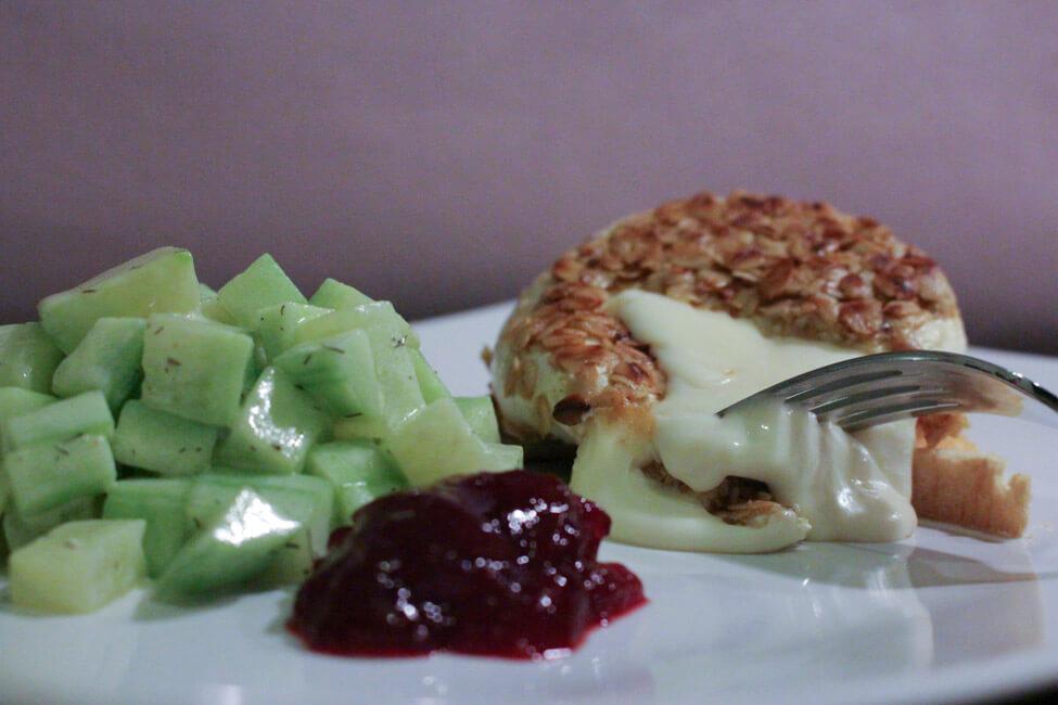 gebackener camembert haferflockenpanade mit gurkensalat preiselbeeren