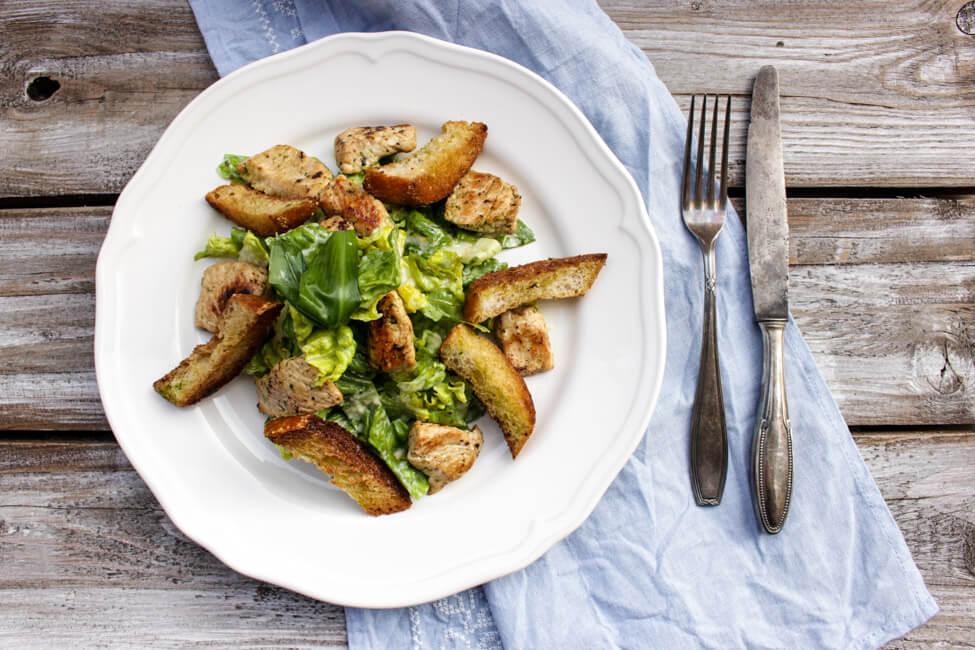 caesar salad mit bärlauch hähnchenbrust knoblauchbaguette
