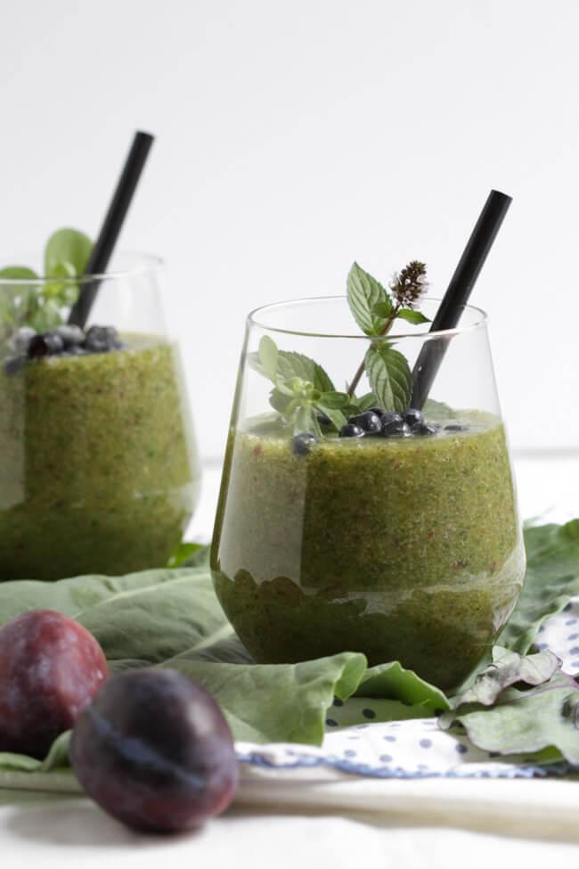 green smoothie mit heidelbeeren und portulak