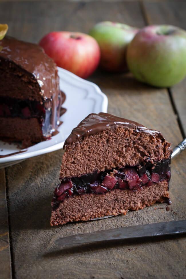 apfel schokoladen torte mit holunderfüllung holunderbeeren fliederbeeren torte schokoladen glasur
