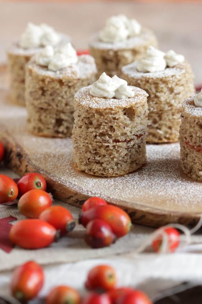 buchweizen hagebutten törtchen mit frischkäse topping glutenfrei haselnuss bisquit