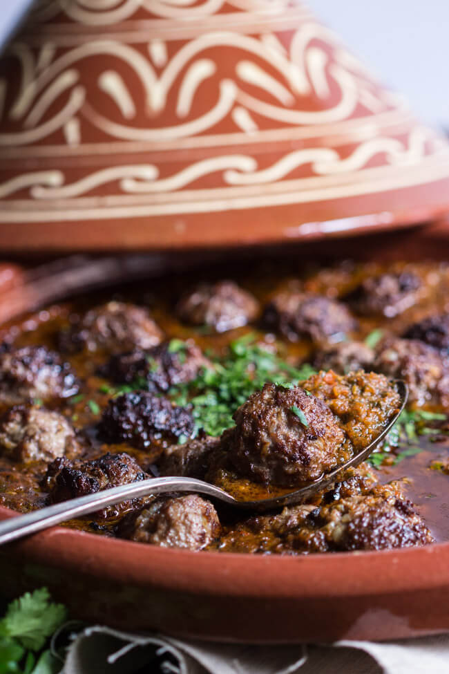 marokkanische tajine mit hackbällchen tomatensauce koriander traditionell