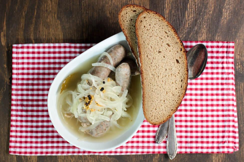 saure zipfel bratwurst im essigsud franken fränkisch traditionell zwiebeln zwiebelsud