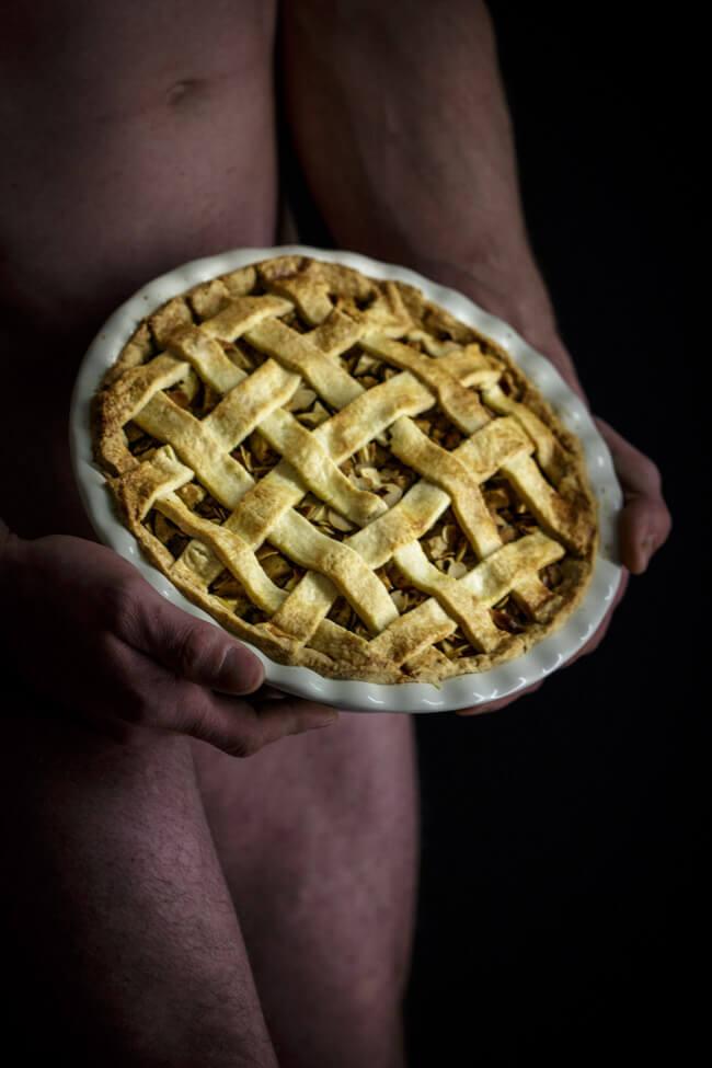 american apple pie kuchen piecrust flechtmuster apfelkuchen foodporn nackter mann akt