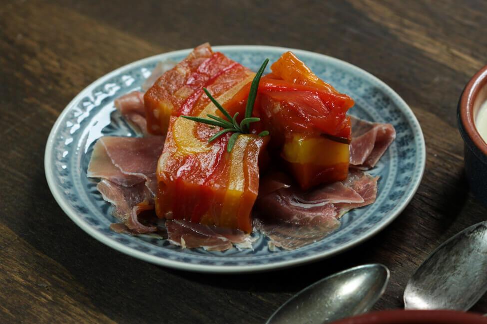 spanische tapas essen mit freunden paprika sülze mti serrano schinken