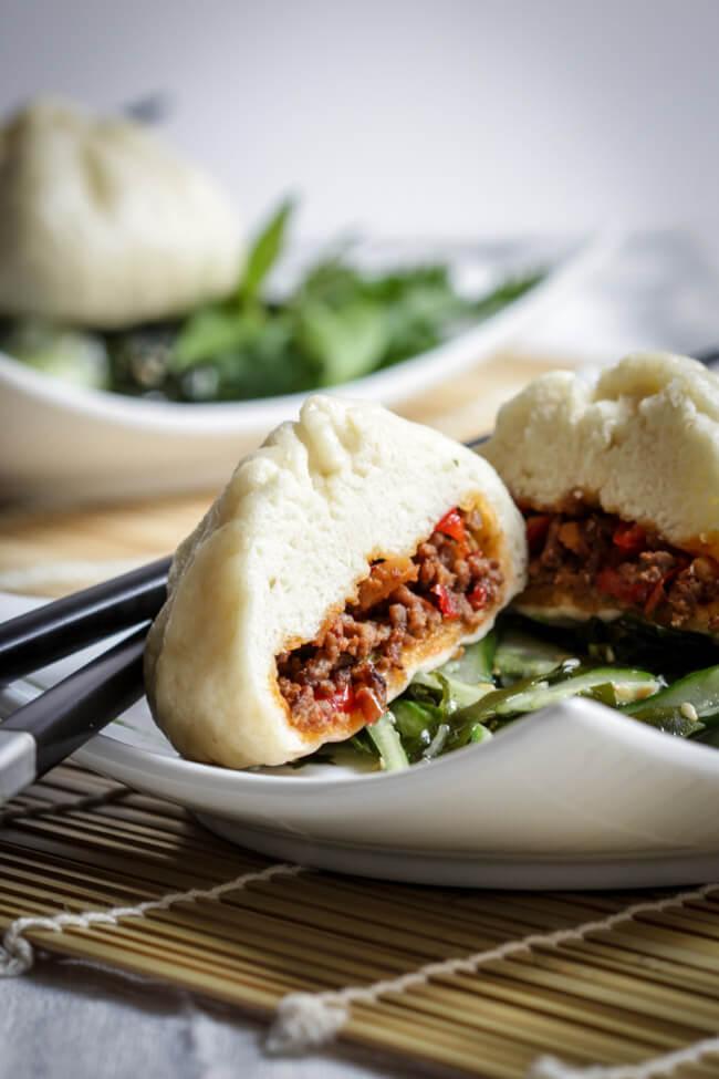 baozi dumplings gefüllt mit rindfleisch wakame algen gurken salat sesam asia