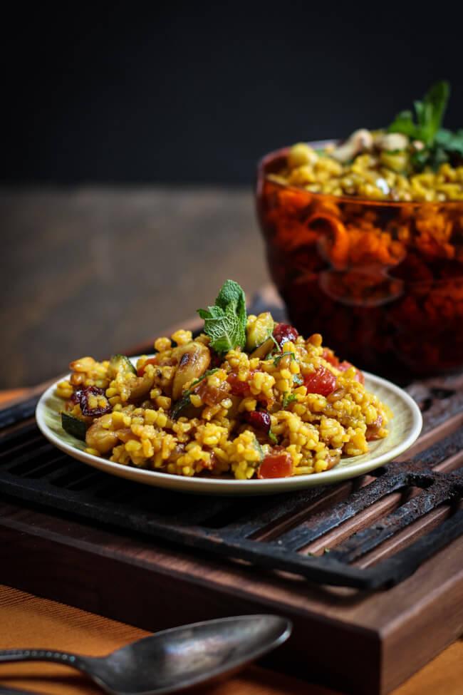 bulgursalat mit nüssen und trockenfrüchten vegan minze beilage grillen bbq