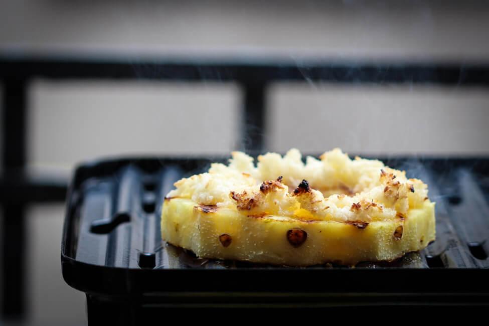 gegrillte ananas mit kokosnusseis kokos streuseln eiscreme grillen dessert bbq