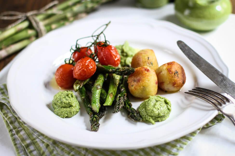 slami kartoffelknödel grüner spargel spargelpesto ofentomaten thymian