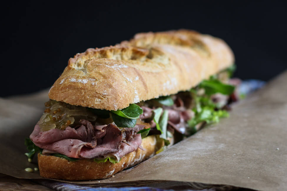 roastbeef sandwich mit gurkenrelish salat mayonnaise pastrami