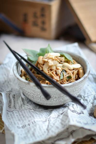 asiatischer nudelsalat mit erdnüssen thai basilikum asia vegan