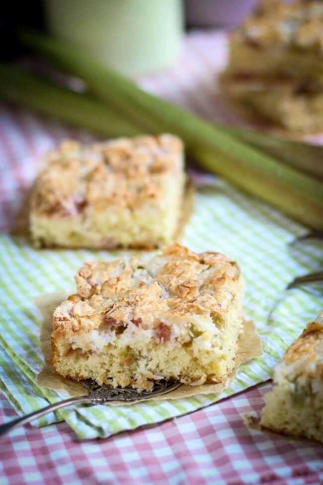 rhabarber kuchen mit kokosbaiser blechkuchen saftig amaretto