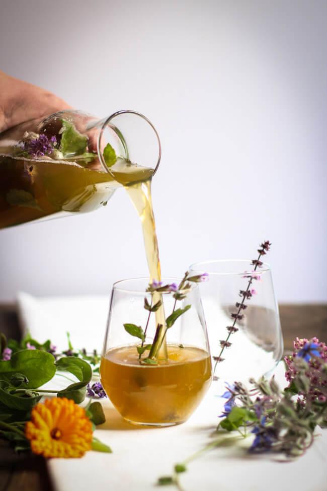 kräuterlimonade limonade aus wildkräutern wiesenkräutern almdudler