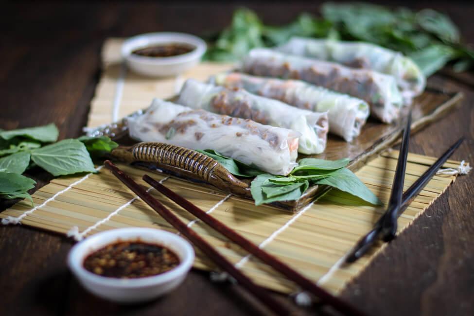 sommerrollen rindfleisch thaibasilikum kräuter gemüse erdnussdip reisnudeln