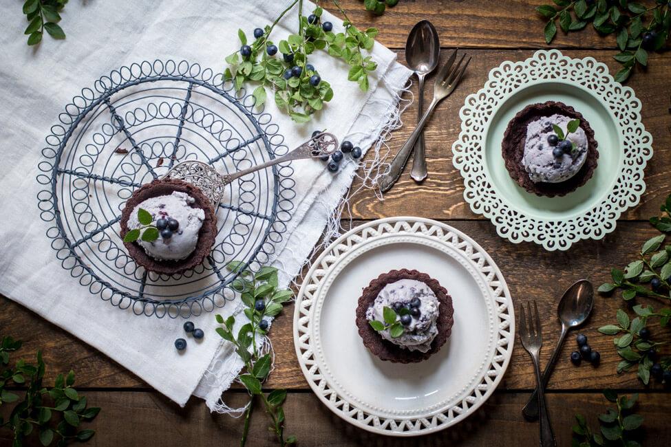 schoko tarteletts mit heidelbeereis blaubeereis blaubeeren heidelbeeren schokoladen kuchen mürbeteig