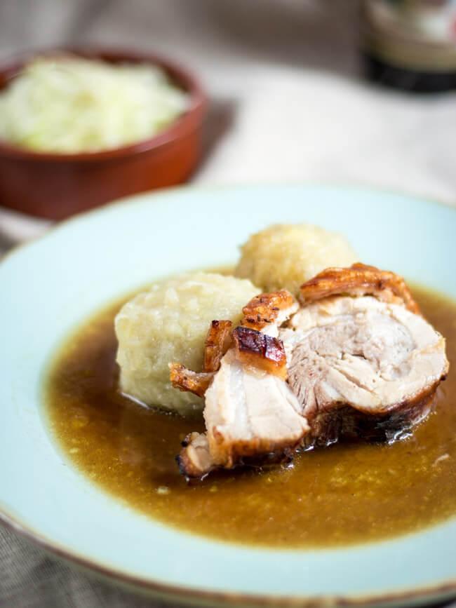 fränkischer krustenbraten schweinebraten schmoren bier kümmel knödel kloß und sauce selbstgeriebener kloß