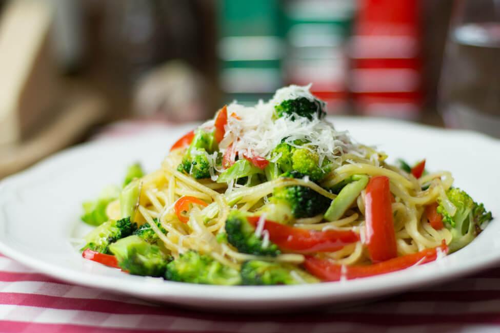 spaghetti nudeln pasta mit brokkoli paprika chili vegetarisch veggie vegan