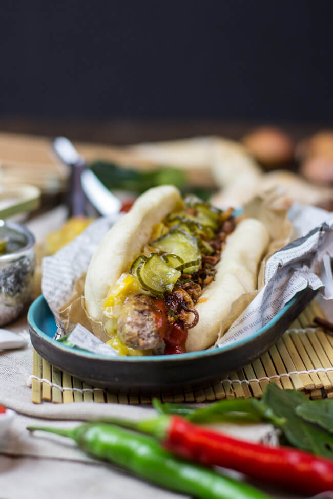 sai ua thailändische bratwurst streetfood thailand asiatisch wurst hot dog thai röstzwiebeln gurken mangochutney