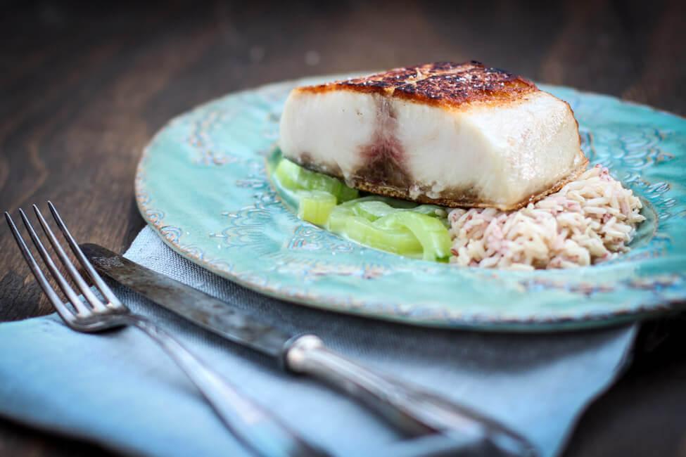 cobia filet fisch mit gurken gemüse wasabi sauce reis vollkorn gebraten