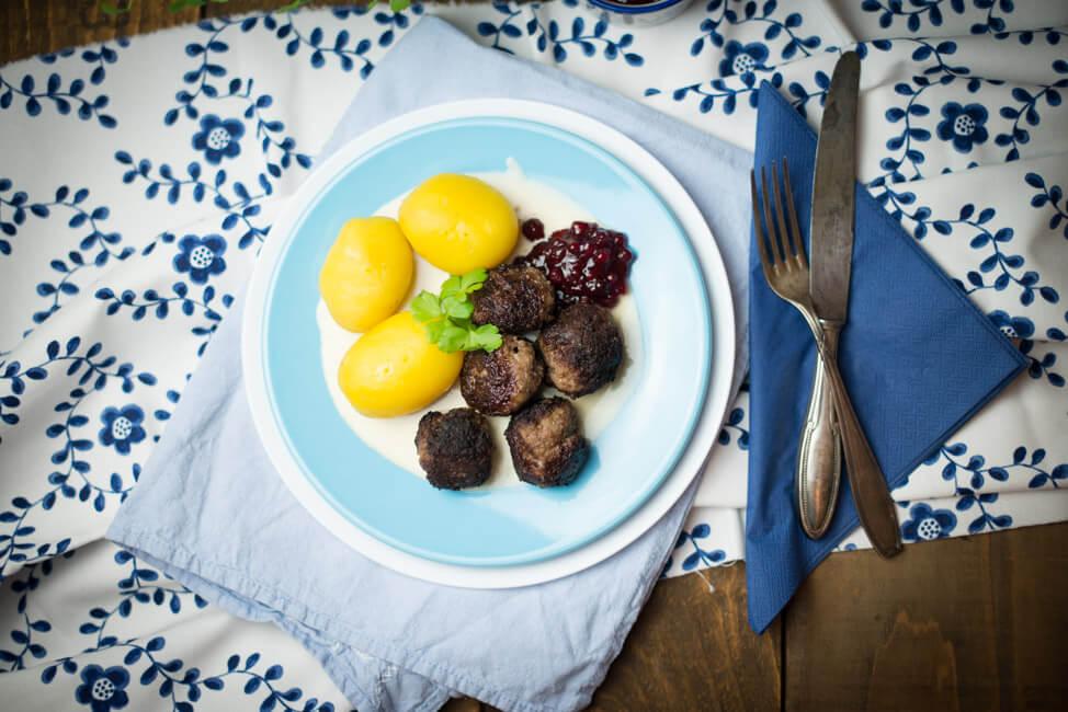 köttbullar schwedisch hackbällchen ikea rahmsauce kartoffeln preiselbeeren hackfleisch