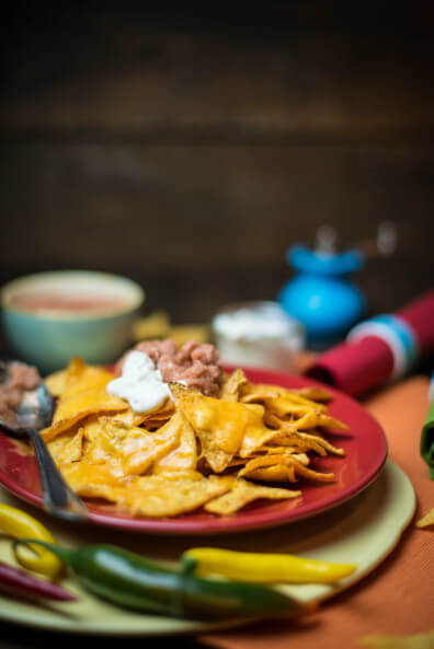 nachos tortilla chips cheddar überbacken sourcream chipotle salsa snack party couch