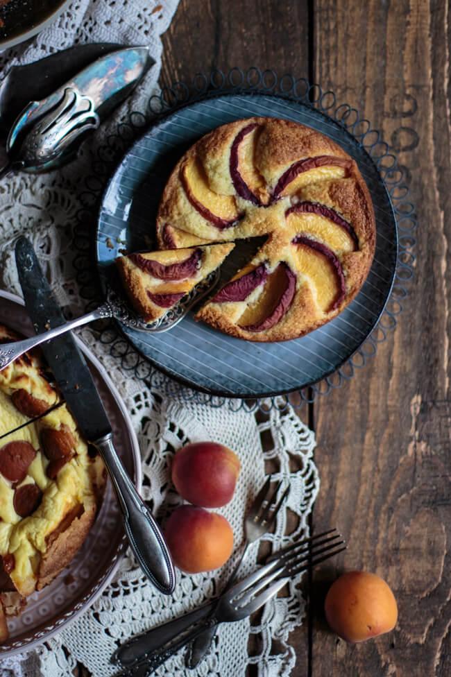 Kokos Kuchen mit Pfirsichen auf blauem Keramikteller.