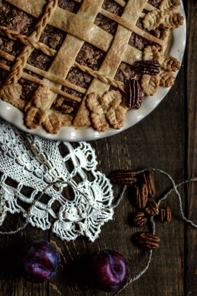 Gebackene goldene Pie Crust mit Pekannüssen und Pflaumen.