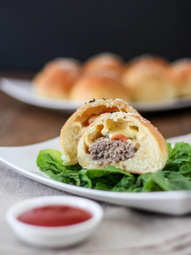 cheeseburger inside out unterwegs to go burger bun eingebacken