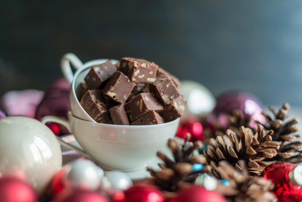 schokoladen fudge mit pekannüssen weihanchten zimt karamellbonbon toffee