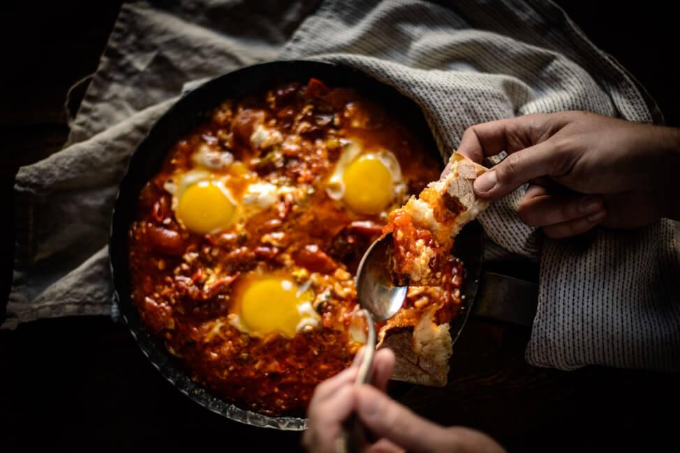 Shakshuka Dr. Kitchen Impossible Rezept Tim Mälzer Hans Neuner Israel Tomatenpfanne pochierte Eier vegetarisch einfach