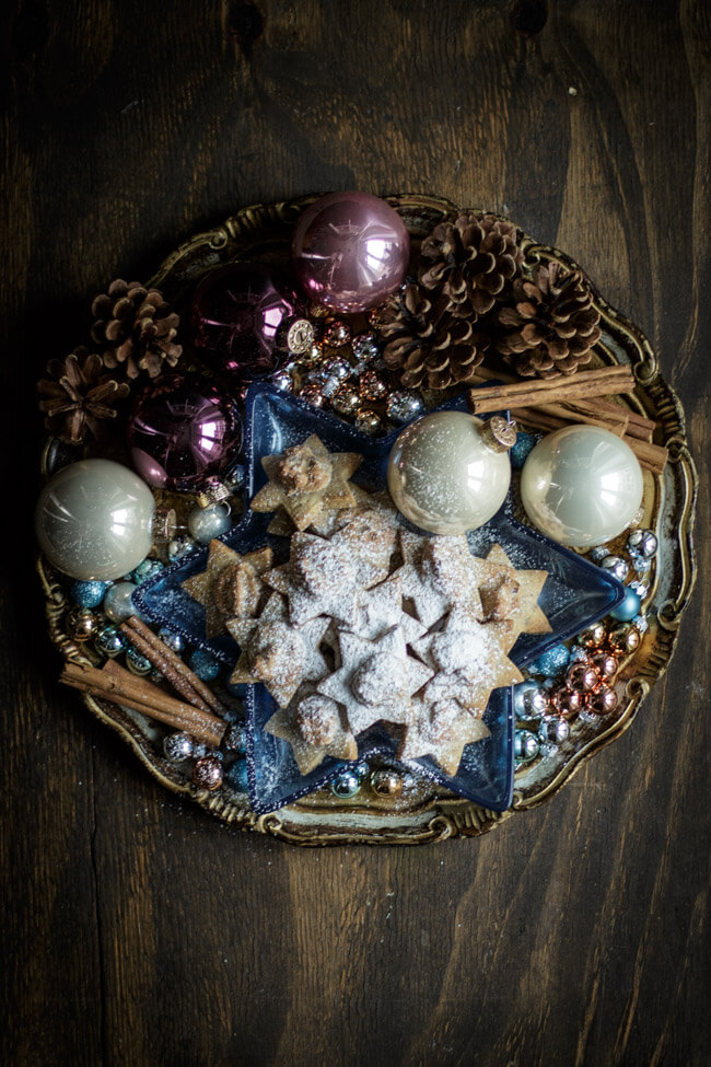 Merry Blogmas Weihnachtsteller mit Dattelsternen und Christbaumkugeln