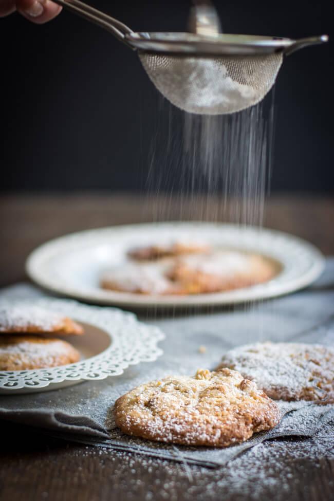 Apfel Walnuss Cookies werden mit Puderzucker bestäubt
