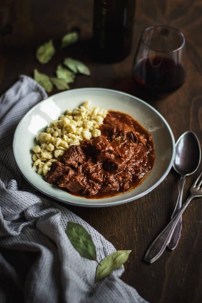 gulasch schmorgericht schwein rind eintopf spätzle knöpfle goulash ungarisch paprika zwiebeln