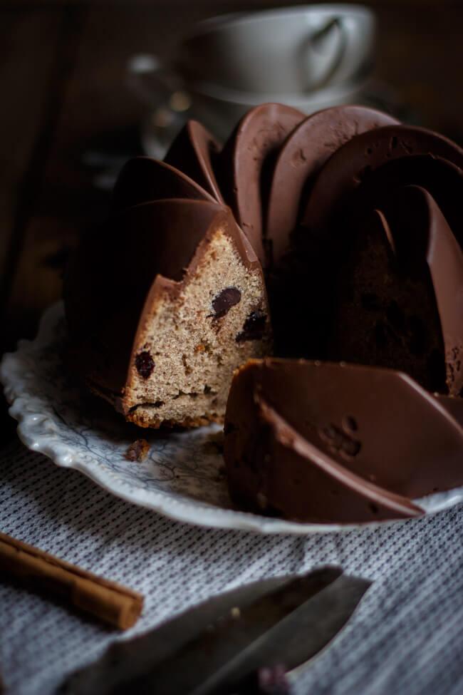 Zimt Gugelhupf mit Cranberries und SChokoladenstückchen und superglatter Schokoladenglasur