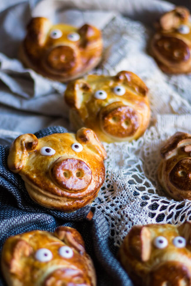 silvester glücksschweinchen hefegebäck schweine glück neujahr nussfüllung glücksbringer geschenke aus der küche