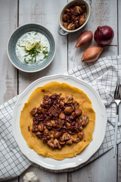 kichererbsenmehl kichererbsen pfannkuchen pilze zwiebeln koriander joghurt zitrone vegan vegetarisch veggie schnell einfach pfannkuchen