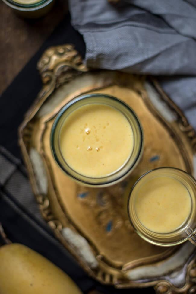 Mango Lassi aus Joghurt Mangos und Wasser