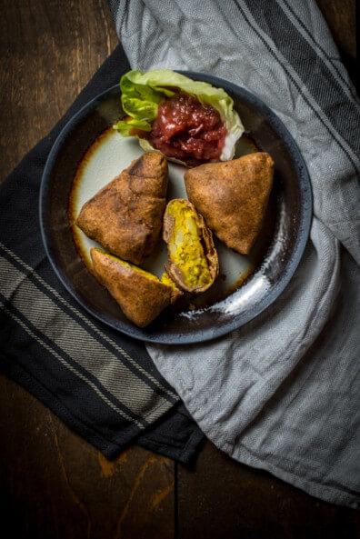 samosas indische teigtaschen punjab vollkorn teig kartoffel erbsen füllung vegetarisch vegan veggie anis