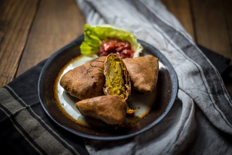 Indische Samosas gefüllt mit Kartoffeln und Erbsen