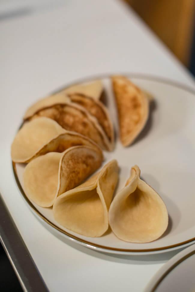 Atayef arabische Pfannkuchen mit Milchcreme Orange Pistazien Rosenöl dessert